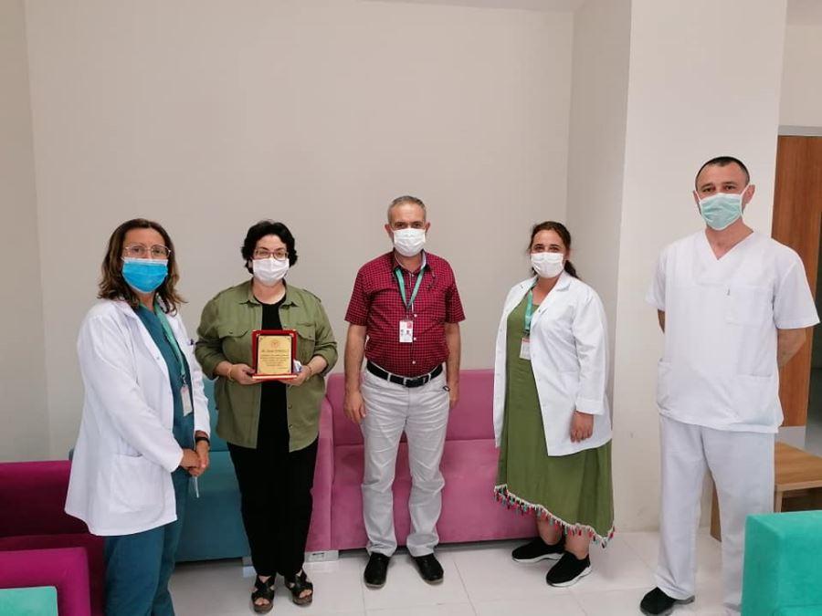 Biga Devlet Hastanesi Emekli Olan Ebe Ve Personelini Plaket İle Ödüllendirdi
