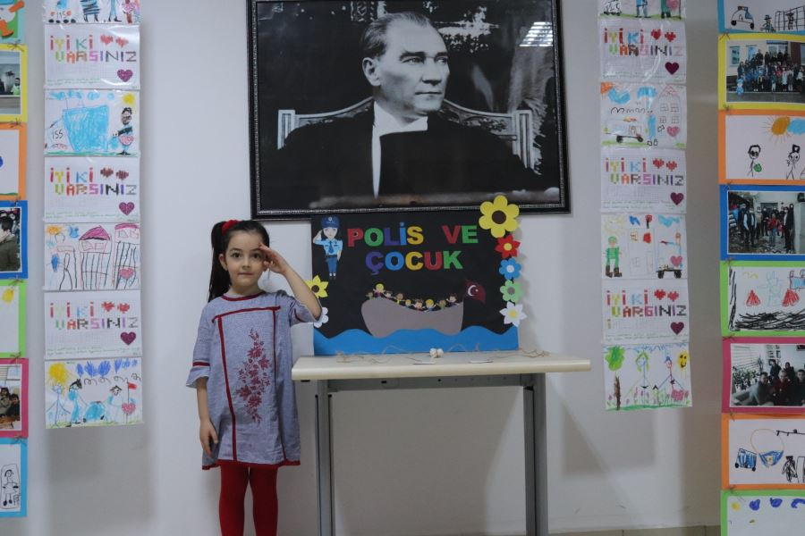 Makam Koltuğuna Oturan Çocuk Emniyet Müdürü Telsizinden Talimat Verdi